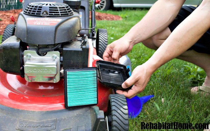 How to change the air filter on a push lawn mower